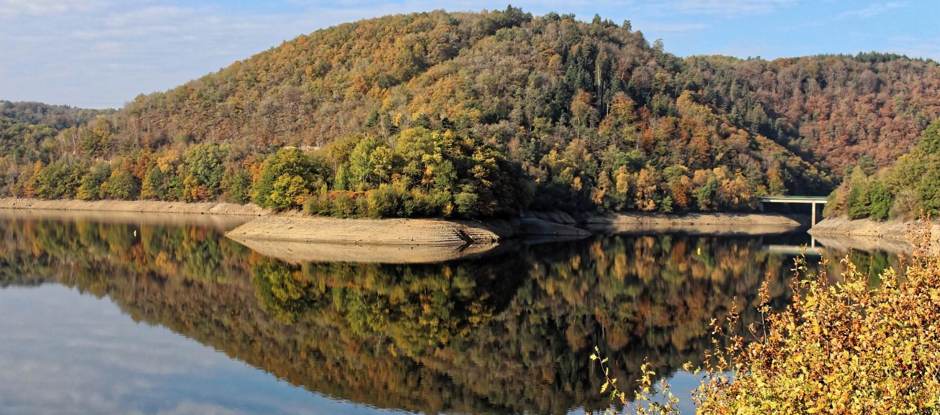 le barrage des Fades dans ses habits d'automne_OT Combrailles