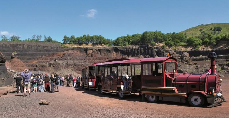 visite-en-petit-train-du-volcan-de-lemptegy-884